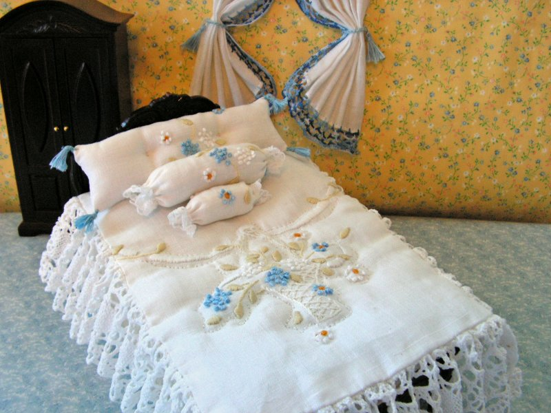 CDHM Artisan Rose-ellen Horan stitching 1:12 bedspreads, afghans, drapes, curtains, pillows, all things linen for the dollhouse miniature collector